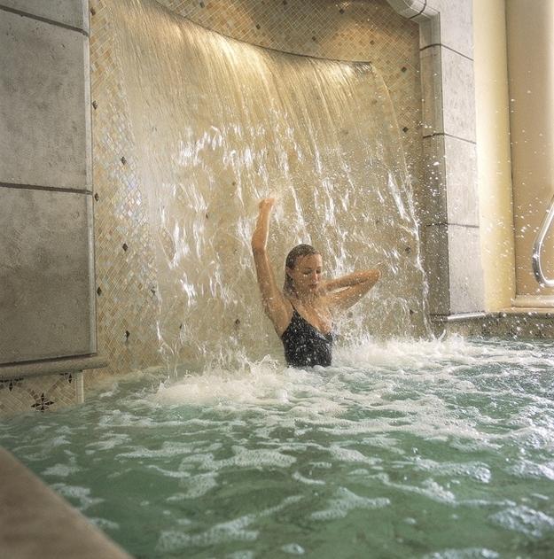 dreamy-bathtubs-waterfall-in-the-bathtub