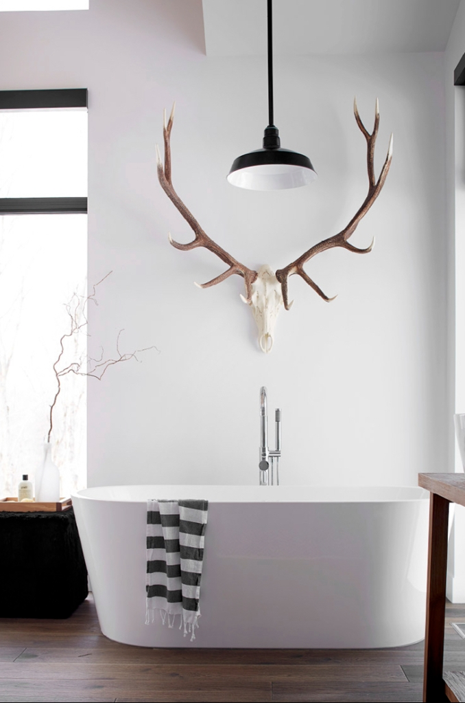 dreamy-bathtubs-white-tub-with-deer-antler-decor