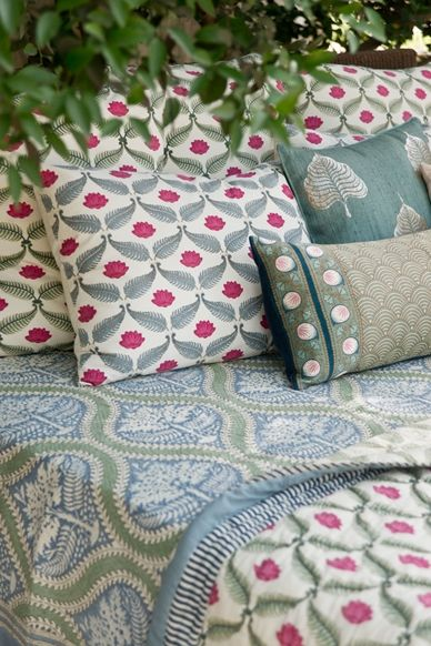 valentine-bedroom-ideas-pillows-and-linen